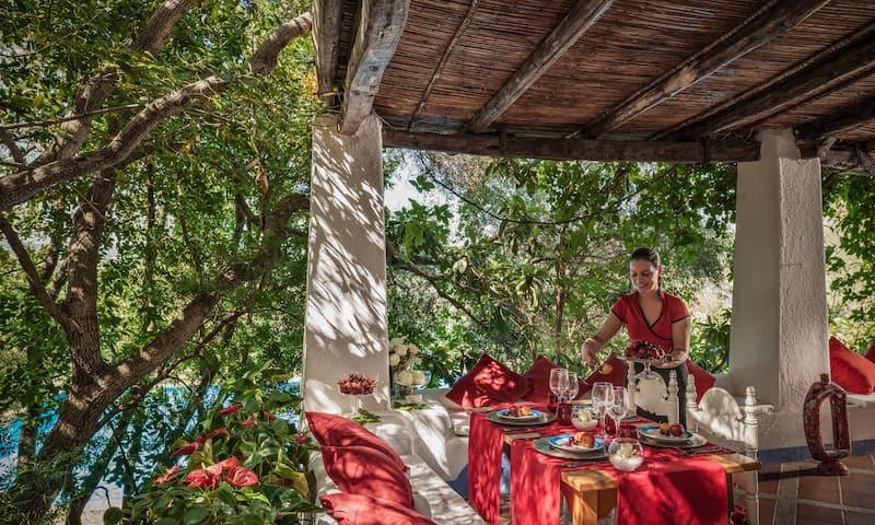Cameriera in divisa del ristorante Su Gologone