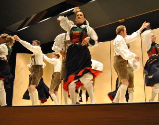 esibizione serata folcloristica gruppo di ballo val badia