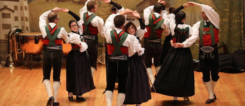 I gruppi di ballo popolare delle Dolomiti tramandano la cultura a passo di danza
