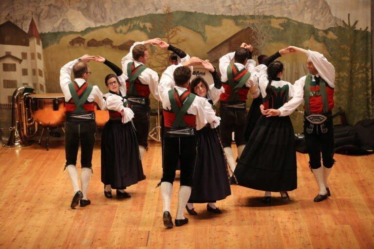 esibizione ballo popolare dolomiti