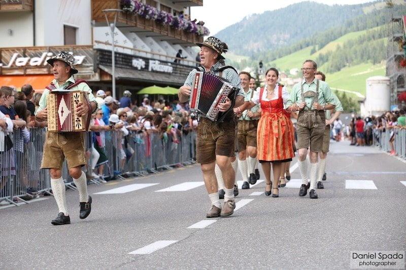 sfilata con diendl gruppo di ballo folcloristico val badia