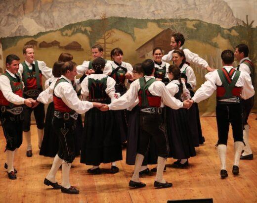 gruppo di ballo popolare dolomiti sul palco di badia
