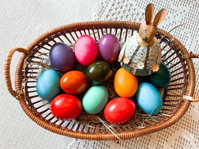 uova di pasqua colorate in un cestro