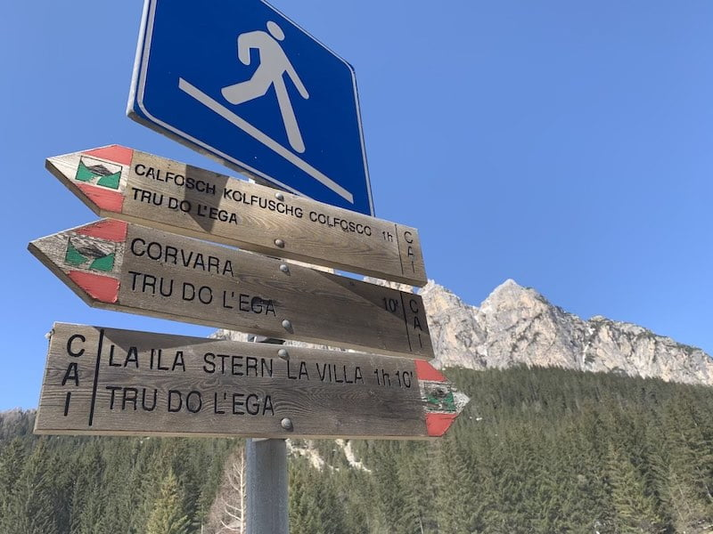 cartello in tre lingue