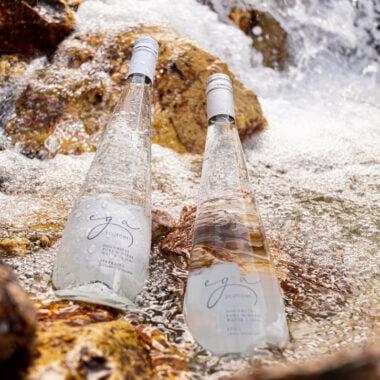 Bottiglie ega nel ruscello