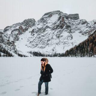 ❄️Vale la pena visitarlo in inverno?Per chi non l'avesse riconosciuto, questo nella foto è il famosissimo, popolarissimo, turchesissimo, frequentatissimo e fotografatissimo Lago di Braies.Raramente vi sarà capitato di vederlo così, in veste invernale. Immagino che alcuni di voi non avessero nemmeno capito che quello dietro... anzi, sotto di me, fosse il celebre Lago di Braies!In inverno ovviamente non ci sono le graziose barchette 🛶da poter noleggiare e i colori cambiano totalmente. Il lago turchese viene rimpiazzato da una coltre di neve e ghiaccio, ma anche così, il lago ha un suo perché! Non trovate?Vi do 3 buoni motivi per visitare il Lago di Braies in inverno:1️⃣Non troverete ammassamenti di persone e non farete la fila per parcheggiare, andare in bagno, farvi una camminata e scattare le foto. 2️⃣Potrete portare le ciaspole oppure l'attrezzatura per fare scialpinismo, sci di fondo o una passeggiata invernale e praticare un po'di sano sport sul lago o nei suoi dintorni. 3️⃣In inverno qui regna il silenzio. L'atmosfera è magica e la natura incontaminata! Se poi ci andate subito dopo o durante una nevicata, il tutto sarà ancora più incantato.💰Attenzione! Anche in inverno il parcheggio è carissimo: 5€ all'oraVi ho convinti a fare un salto al Lago di Braies (anche) in inverno?#cartolineacolazione #lagodibraies #braies #laghiitaliani #valpusteria #yallerstrentino_altoadige #italianalps #altoadigesüdtirol #montagnachepassione #visitdolomites #passionedolomiti #visitsouthtyrol