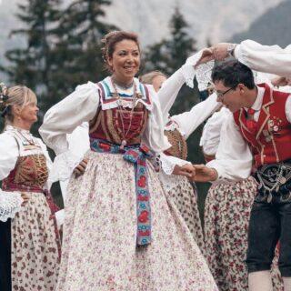 💃 I ɢʀᴜᴘᴘɪ ᴅɪ ʙᴀʟʟᴏ ᴘᴏᴘᴏʟᴀʀᴇ ᴅᴇʟʟᴇ Dᴏʟᴏᴍᴛɪ🎼 Ullalla ullalla ullallallà, questo è il valzer del m…. no, non del moscerino, ma di uno dei numerosi gruppi di ballo popolare presenti nelle Dolomiti. Ogni valle possiede almeno un'unione di ballo folcloristico e questi gruppi si distinguono tra di loro non solo per le coreografie diverse, ma anche per il vestito tipico.Anche io faccio parte di un gruppo di ballo popolare. Assieme ai miei compagni ballerini mi esibisco sia per i turisti che per la gente locale, e sono fiera di contribuire alla divulgazione della nostra cultura.È incredibile come con una semplice danza, si riesca a tramandare la cultura e le tradizioni di un luogo! No?➡️ Ora scorrete verso destra e vedrete delle foto di alcuni dei gruppi di ballo popolare delle valli dolomitiche.1) Gruppo Folk di Canazei 2) Gruppo Folk Marmolèda di Rocca Pietore 3) Uniun Bal Popular Val Badia 4) Gruppo di Ballo Popolare di Selva e S. Cristina 5) Gruppo di Ballo Popolare di Selva di Cadore🏅Secondo voi quale di questi gruppi ha il vestito tipico più bello? Vediamo chi vince!E se vi interessa approfondire l'argomento, nella mia biografia ☝🏼troverete il link che vi porterà al mio articolo fresco fresco di ieri.#cartolineacolazione #ballo #culturaitaliana #tradizioneitaliana #altoadige #altoadigedascoprire #venetodascoprire #venetogram #trentinodascoprire #visittrentino #dolomitiunesco #instadolomiti #ladinia