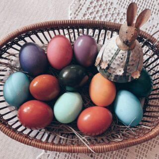"""🥚""""🅙🅘̀ 🅐 🅤̈🅢"""" - 🅐🅝🅓🅐🅡🅔 🅐 🅤🅞🅥🅐Oggi è un grande giorno per i maschietti dell'Alto Adige. Scopriranno infatti, se piacciono o meno alle belle donzelle della loro valle.🏠🏃🏻♂️La tradizione vuole che il Lunedì di Pasqua, i ragazzi vadano a casa delle fanciulle a ritirare le uova che hanno prenotato il 19 marzo, giorno di S. Giuseppe.Le ragazze però assegnano le uova in base ad una specifica regola:🥚🥚 due ad ognuno 🥚🥚🥚🥚 quattro a coloro che non reputano interessanti 🥚🥚🥚🥚🥚🥚sei all'amato 🥚🥚🥚🥚🥚🥚🥚🥚🥚🥚🥚🥚dodici al promesso sposo quando il matrimonio è fissato lo stesso anno👩❤️👨Questa usanza non è elettrizzante solamente per i maschi, ma anche per le ragazze che con cura e amore colorano e decorano le uova per tutti coloro che busseranno alla loro porta.🧺Quindi signore e signorine, avete preparato il cesto con le uova? I ragazzi stanno per arrivare!🐰Se siete curiosi di conoscere altre tradizioni di Pasqua tipiche dell'Alto Adige, le trovate elencate nel mio ultimo articolo del blog (link in bio).☝🏻P.S. Metto le mani avanti perché sono sicura che alcuni di voi saranno andati a contare le uova che ho messo nel mio cesto. L'immagine è stata inserita a scopo illustrativo. NON ho regalato 12 uova! 😜#cartolineacolazione #tradizioni #altoadige #sudtirol_lovers #altoadigedavivere #pasqua2021 #uovadipasqua"""