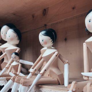 """👩🏻 Ⓛⓔ ⓑⓐⓜⓑⓞⓛⓔ ⓓⓔⓛⓛⓐ Ⓥⓐⓛ Ⓖⓐⓡⓓⓔⓝⓐ""""Judith, ma quanto ci metti a creare una delle tue bambole?"""" La scultrice mi risponde: """"A volte ci impiego poche ore, altre ci metto delle giornate intere. Dipende dalla loro grandezza, dal mio umore e dai miei impegni.""""Dietro alle bambole di Judith Sotriffer c'è una lunga tradizione che risale alla fine del 1700.🌲Qual'è la loro particolarità? Sono costruite interamente in legno e in passato erano la versione economica delle bambole in porcellana. Judith è l'unica persona al mondo che riesce a realizzare questi preziosissimi giocattoli ricercati.Nel negozio dell'artista gardenese ci sono però tanti altri giocattoli in legno, che riescono a far tornare bambini tutti coloro che lo visitano: cavalli a dondolo, trottole, paperelle...Qual era il vostro giocattolo preferito quando eravate piccini? Io giocavo spesso con le macchinine di mio fratello (e lui con le mie Barbie) 🤫#altoadige #visitsouthtyrol #yallerstrentino_altoadige #altoadigedascoprire #southtyrol #sudtirol_lovers #altoadigedavivere #dolomiti #altoadigesüdtirol #artigianatoitaliano #dolomitiunesco #dolomitilovers"""