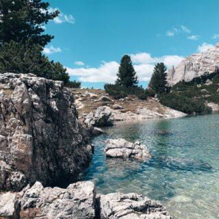 💙𝟙𝟘 𝕝𝕒𝕘𝕙𝕚 𝕡𝕠𝕔𝕠 𝕟𝕠𝕥𝕚 𝕕𝕖𝕝𝕝𝕖 𝔻𝕠𝕝𝕠𝕞𝕚𝕥𝕚📱Vedo che anche quest'estate i social si stanno riempiendo di foto e video che ritraggono gli ormai famosissimi laghi di Braies, di Sorapis, di Resia, di Dobbiaco e di Carezza.Bisogna ammettere che tutti sono davvero splendidi e concordo sul fatto, che questi laghi (o almeno alcuni) debbano far parte dell'itinerario di coloro che visitano le Dolomiti per la prima volta.🤩Ma se volete scoprire anche dei laghi e laghetti meno noti, vi invito ad andare a leggere il mio ultimo articolo nel blog. Ci troverete un elenco di 10 perle sparse qua e là nelle Dolomiti, che non hanno nulla da invidiare ai loro cugini famosi menzionati qui sopra.Date un'occhiata e fatemi sapere se li conoscevate già tutti. Trovate il link in bio👆🏻#laghi #laghiitaliani #yallerstrentino_altoadige #yallerveneto #yallersfriuliveneziagiulia #dolomitiunesco #passionedolomiti #montagnachepassione #laghidimontagna