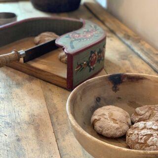 """🤤𝐿𝑎 """"𝑝𝑢̈𝑐𝑖𝑎"""" 𝑒 𝑙𝑎 """"𝑔𝑟𝑜𝑚𝑏𝑙""""Immagino che molti di voi, quando sentono la parola """"puccia"""", pensino immediatamente alla Puglia. La puccia è infatti un tipico pane del Salento che viene preparato con farina di grano tenero e la bionda semola di grano duro.Nonostante io sia una grande amante della Puglia e del suo cibo, oggi vi voglio parlare della puccia del nord, quella dell'Alto Adige. Noi ladini la chiamiamo """"pücia"""".Gli ingredienti che la caratterizzano sono farina di segale e di frumento con semi di finocchio e cumino. Spesso la puccia viene servita assieme ai taglieri di salumi e formaggi tipici 🧀Ci sono due varianti di puccia altoatesina: 1️⃣quella fresca che va consumata nel giro di pochi giorni e 2️⃣quella secca che ha il vantaggio di essere buona anche dopo molti mesi dalla sua produzione. In alcuni luoghi dell'Alto Adige, questa puccia secca viene chiamata """"Schüttelbrot"""" e la si mangia principalmente a merenda o durante gli aperitivi.🤔Ma ora vi chiederete cosa sia la """"grombl"""". Si tratta del tagliapane che vedete qui sopra nella foto. Un arnese in legno a sponde alte con un coltello fisso che viene utilizzato per sminuzzare la puccia o le altre tipologie di pane.❓Anche nella vostra regione esiste un pane tipico che non si trova da nessuna altra parte?#puccia #altoadige #pane #altoadigedascoprire #altoadigesüdtirol #altoadigedavivere #altoadigefood #cibobuono #sudtirol #sudtirol_lovers #sudtirolo"""